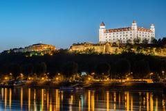 Opinión de la noche del castillo de Bratislava en el capital de Eslovaquia Imágenes de archivo libres de regalías