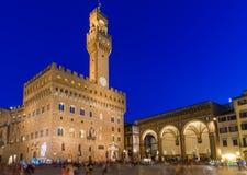Opinión de la noche del della Signoria y Palazzo Vecchio de la plaza en Florencia Fotografía de archivo libre de regalías