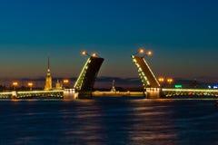 Opinión de la noche del puente del palacio, St Petersburg Foto de archivo libre de regalías