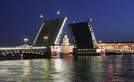 Opinión de la noche del puente del palacio. St Petersburg Fotografía de archivo