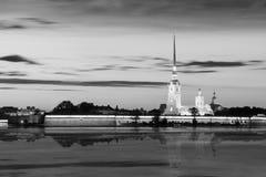 Opinión de la noche el Peter y Paul Fortress, St Petersburg, imagen blanco y negro Imagen de archivo libre de regalías