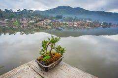 Opinión de la orilla en el pueblo tailandés de Rak Foto de archivo
