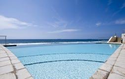 Opinión de la piscina Imagenes de archivo