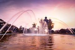 Opinión de la puesta del sol el arco o Victory Triumph Gate de Patuxai laos Foto de archivo