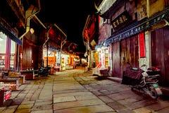 Opinión de la tarde de las tiendas en las calles de centro históricas de la ciudad Fotografía de archivo