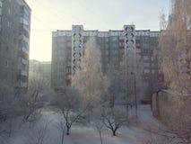 Opinión de la yarda de la ciudad en invierno Fotos de archivo libres de regalías