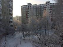 Opinión de la yarda de la ciudad en invierno Foto de archivo libre de regalías