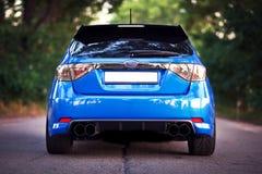 Opinión de lado trasero del coche deportivo azul Imágenes de archivo libres de regalías