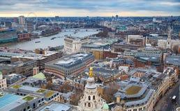 Opinión de Londres La ciudad de Londres uno de los centros principales de la opinión global de finance Visión desde la catedral d Fotos de archivo libres de regalías