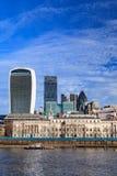 Opinión de los rascacielos de la ciudad de Londres sobre el río Támesis en Sunny Day Imagen de archivo libre de regalías