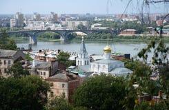 Opinión de Nizhniy Novgorod con el río Volga y una iglesia Foto de archivo