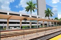Opinión de perspectiva del edificio al lado de la estación de tren Imágenes de archivo libres de regalías