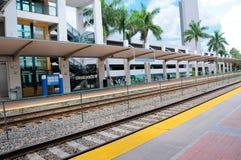 Opinión de perspectiva del edificio al lado de la estación de tren Foto de archivo libre de regalías