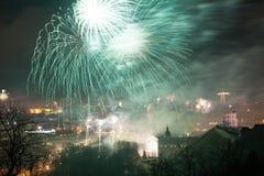 Opinión de Towerand de Gediminas de Vilna, Lituania, fuegos artificiales Imagen de archivo