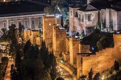 Opinión del Alcazaba, castillo musulmán viejo de la noche, en la ciudad de Málaga, S Imágenes de archivo libres de regalías