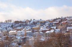 Opinión del invierno de casas en la ciudad Noruega de Strondheim Imagen de archivo libre de regalías