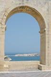 Opinión del mar a través de un arco grande Imagenes de archivo