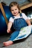 Opinión del niño un libro Imagen de archivo libre de regalías