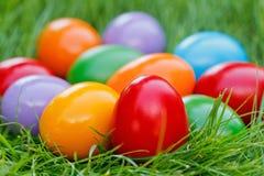 Opinión del primer de los huevos de Pascua coloridos Foto de archivo libre de regalías