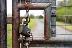 Opinión del primer del candado en una puerta de seguridad Imagen de archivo libre de regalías