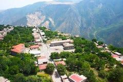 Opinión del pueblo de montaña de la altitud Imágenes de archivo libres de regalías