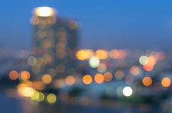 Opinión del río del paisaje urbano de Bangkok en el tiempo crepuscular, bok borroso de la foto Fotografía de archivo