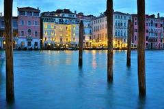 Opinión el Europa y la Regina de Westin en Grand Canal en la noche Fotografía de archivo libre de regalías