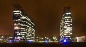 Opinión exterior comercial de la noche de los edificios de oficinas Foto de archivo libre de regalías