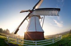 Opinión granangular sobre el molino de viento en la salida del sol Fotos de archivo libres de regalías