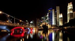 Opinión hermosa de la noche de los edificios de Singapur Imagenes de archivo