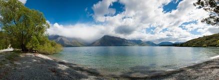Opinión hermosa del panorama del lago y de la montaña, Queenstown, isla del sur, Nueva Zelanda Foto de archivo