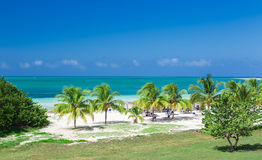 Opinión magnífica natural asombrosa del paisaje de la playa de invitación cubana y del océano tranquilo de la turquesa contra fon Fotos de archivo libres de regalías