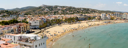 Opinión panorámica del horizonte del complejo playero de la ciudad de Peniscola en el mar Mediterráneo Fotos de archivo