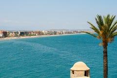 Opinión panorámica del horizonte del complejo playero de la ciudad de Peniscola en el mar Mediterráneo Imágenes de archivo libres de regalías