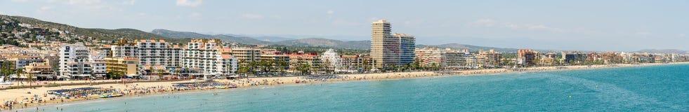 Opinión panorámica del horizonte del complejo playero de la ciudad de Peniscola en el mar Mediterráneo Foto de archivo