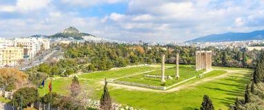 Opinión panorámica sobre el templo de Zeus, Atenas, Grecia Fotos de archivo