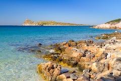 Opinión rocosa de la bahía con la laguna azul en Creta Imagen de archivo libre de regalías