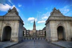 Opinión sobre el palacio de Christiansborg del puente de mármol en Copenhag Foto de archivo libre de regalías