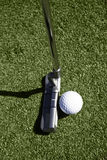 Opinión superior la pelota de golf y el putter detrás de la bola Fotos de archivo libres de regalías
