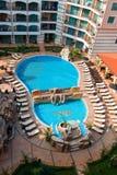 Opinión superior sobre piscina en hotel Imagen de archivo