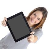 Opinión superior una mujer que muestra una pantalla digital en blanco de la tableta Fotografía de archivo