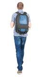 Opinión trasera el hombre que camina con la mochila. Fotos de archivo