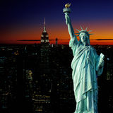 Opinião aérea de Manhattan no por do sol e na estátua da liberdade Foto de Stock