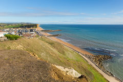 Opinião britânica da baía ocidental da costa de Dorset ao leste da costa jurássico em um dia de verão bonito com céu azul Imagens de Stock Royalty Free