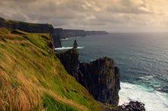 Opinião cénico do por do sol dos penhascos do moher, ireland Imagens de Stock