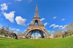 A opinião da luz do dia da torre Eiffel (excursão Eiffel do La), é uma torre da estrutura do ferro situada no Champ de Mars Fotos de Stock Royalty Free