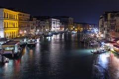 Opinião da noite da ponte de Rialto em Grand Canal Fotos de Stock Royalty Free