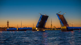 Opinião da noite da ponte do palácio, St Petersburg, Rússia Fotos de Stock
