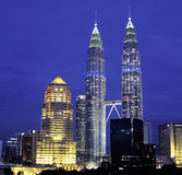 Opinião da noite da skyline do quilolitro, Kuala Lumpur, Malásia Foto de Stock