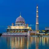 Opinião da noite de uma mesquita. Foto de Stock